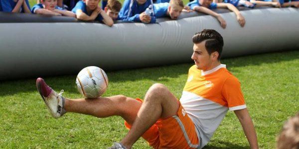 Concentratie bij freestyle voetbal show
